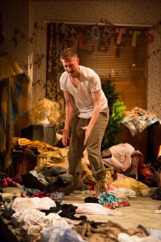 7 Arthur Darvill in Hir Bush Theatre Credit Ellie Kurttz